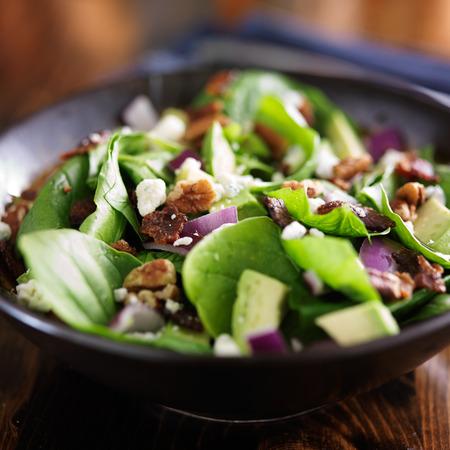 Avocado: aguacate ensalada de espinacas close up en un tazón