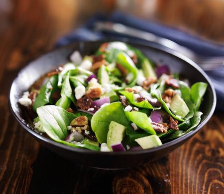 Schüssel mit frischen Avocado Spinatsalat Standard-Bild