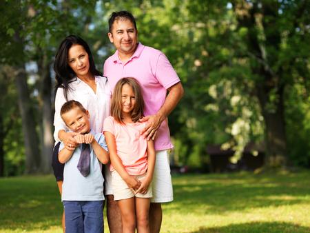 gelukkig gezin van vier zich buiten