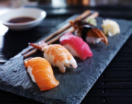atún: nigiri sushi variado en la pizarra Foto de archivo