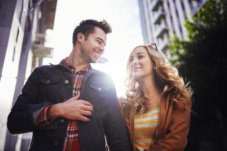 ロマンチックなカップルのダウンタウンを歩いてロサンゼルス
