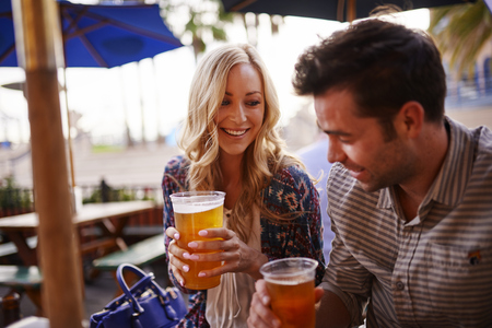hombre tomando cerveza: rom�ntico beber cerveza pareja en el restaurante al aire libre Foto de archivo