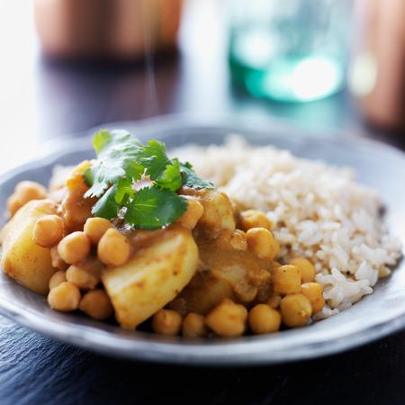 garbanzos: Curry vegetariano indio con las patatas, los garbanzos y las lentejas
