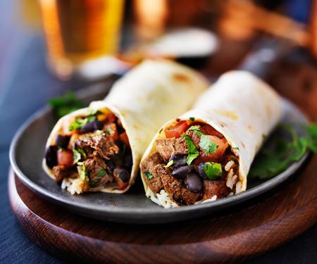 Mexicaanse rundvlees burrito's met bier op de achtergrond