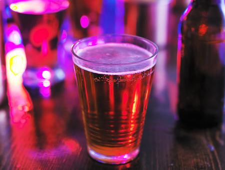 night club: bicchiere di birra in night club colorato o pub Archivio Fotografico
