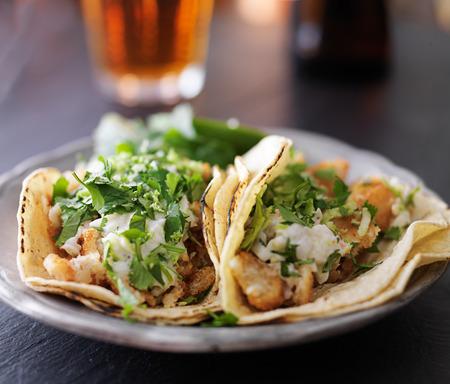 vis taco's met slaw, citroenschil en koriander Stockfoto