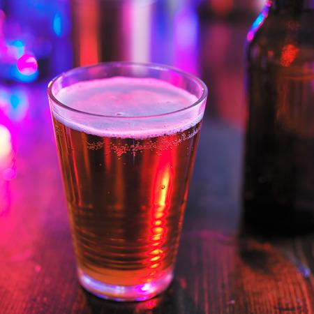 night club: bicchiere di birra in night club o bar colorato
