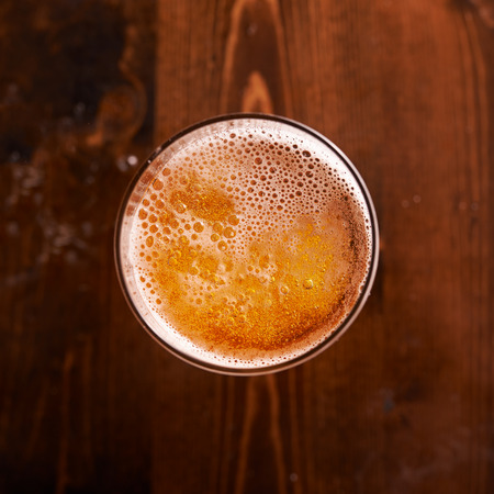 vidrio: vaso de cerveza tiro de arriba hacia abajo Foto de archivo