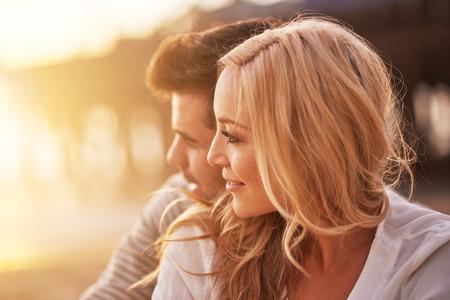 サンタモニカーのビーチでのボーイ フレンドと抱きしめるきれいな女の子