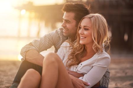 parejas romanticas: dos amantes en la playa de Santa M�nica que se detienen