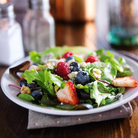 mesclun gemischter Salat mit Beeren, Blauschimmelkäse und Walnüssen