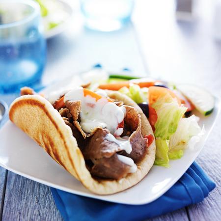 Kreisel mit griechischer Salat und Tzatziki Standard-Bild
