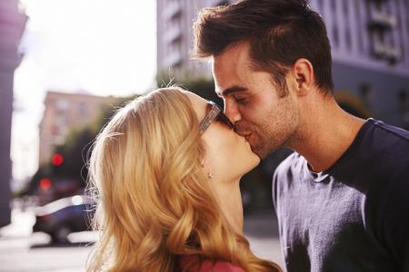besos apasionados: pareja besándose en la calle en el centro de Los Ángeles cerca