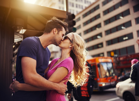 bacio: coppia romantica baciare nel cuore della citt� di Los Angeles Archivio Fotografico