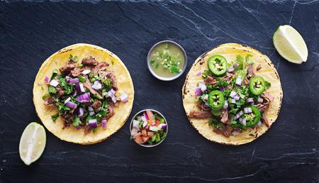 tortilla de maiz: de arriba hacia abajo foto de dos tacos mexicanos auténticos