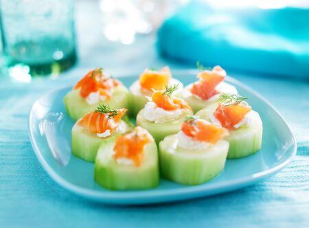 salmon ahumado: pepino con queso crema de eneldo y ahumado aperitivo de salmón Foto de archivo