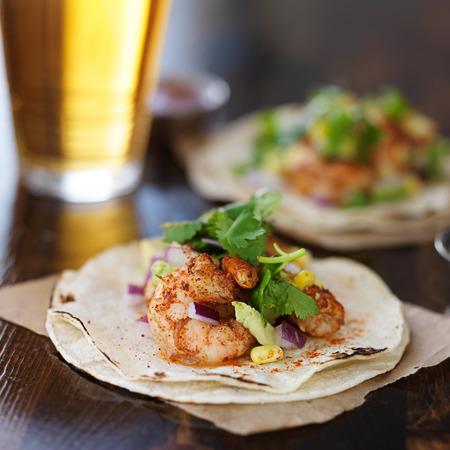 camaron: tacos de camar�n mexicano con aguacate y cerveza Foto de archivo