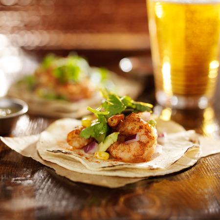 alimentos y bebidas: picantes tacos fiesta de camarones con aguacate y cilantro