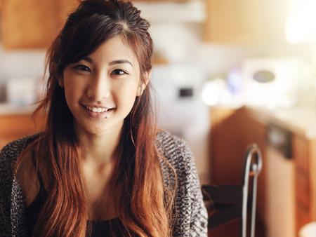 부엌에서 행복 한 미소 아시아 사춘기 소녀의 초상화 스톡 콘텐츠