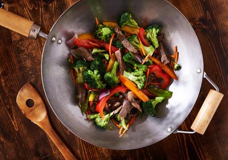 Aziatische wok roerbak schot vanaf hoofd