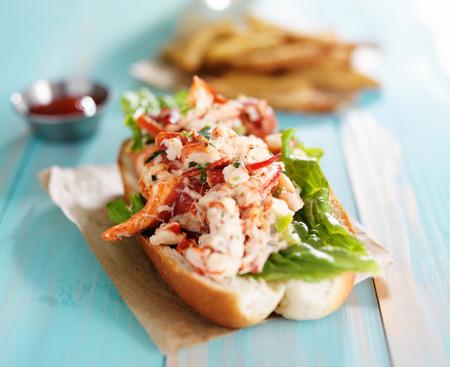 Lobster Roll auf bunten Retro-gemalten hölzernen Planken