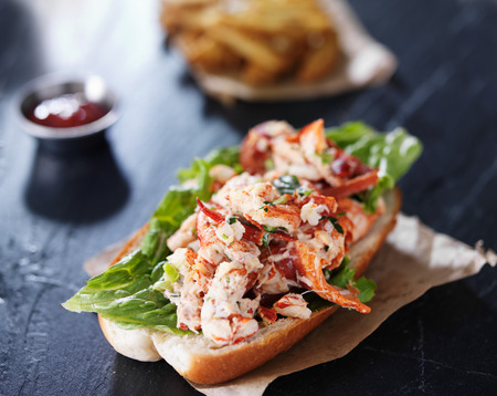 sandwich: rollo de langosta en la superficie de la pizarra Foto de archivo