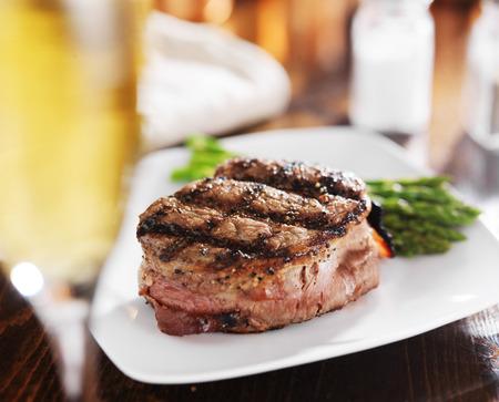 gegrilde steak filet met witte wijn en asperges