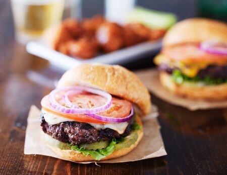 cheeseburgers with wings and beer Standard-Bild