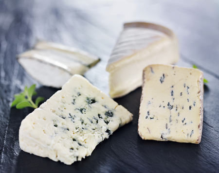 trays: surtido de quesos artesanales gourmet en la pizarra bandeja de quesos Foto de archivo