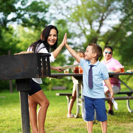 mama e hijo: parrilla madre dando de alta de cinco a hijos en la comida campestre