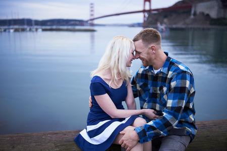 parejas enamoradas: pareja romántica al lado de la puerta de oro de compartir puente momento íntimo