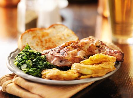 carne de pollo: Soul Food - col rizada, pollo ahumado y tomates verdes fritos Foto de archivo