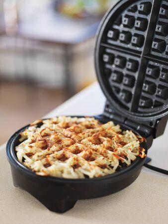 papas doradas: papitas fritas hechas en waffle cocina fabricante de truco