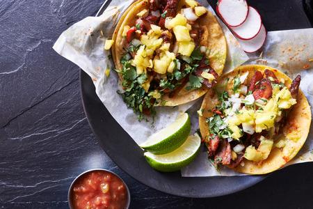 plato de comida: dos tacos callejeros mexicanos de cerca a tiros desde arriba