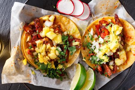 Mexicaanse taco's al Pastor straat doodgeschoten uit overhead Stockfoto - 44143459