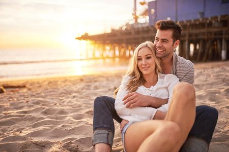 ロマンチックなカップルのサンタモニカーのビーチで楽しんで