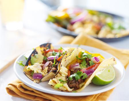 huevos revueltos: chorizo ??mexicano huevos revueltos tacos