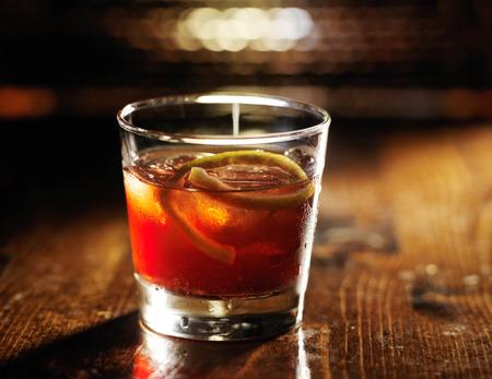 Sazerac Cocktail auf dunklem Holzuntergrund Standard-Bild - 44229942