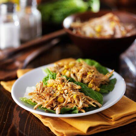 carne de pollo: plato de pollo dos lechuga envuelve con especias y maíz