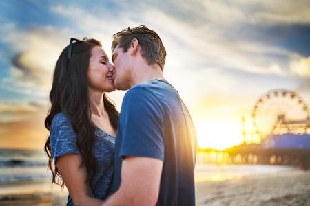 ロマンチックなカップルのサンタモニカーでキス