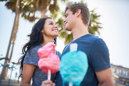 cotton candy: pareja rom�ntica con algod�n de az�car mirando con cari�o el uno al otro