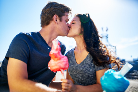 algodon de azucar: pareja besándose en cita romántica con algodón de azúcar en el día soleado de verano Foto de archivo