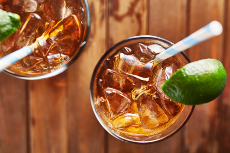 iced tea with lime wedge with retro paper straw shot top down Standard-Bild