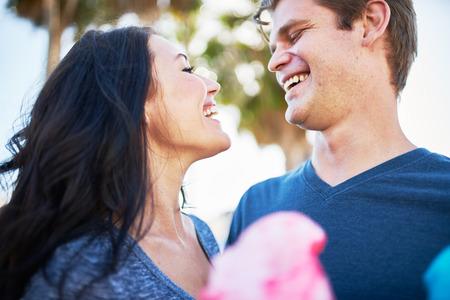 algodon de azucar: feliz pareja romántica en día con algodón de azúcar