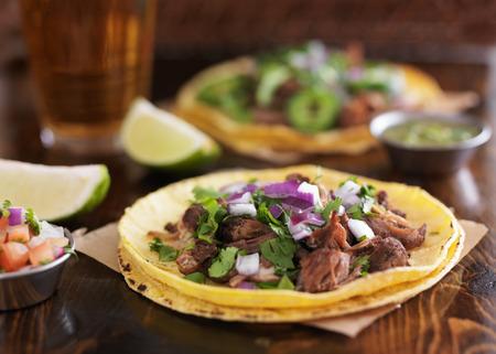 tortilla de maiz: auténticos tacos callejeros mexicanos con carne barbacoa en tortilla de maíz amarillo