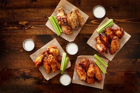 alitas de pollo: a Pdown vista de ala de pollo partido plato hecho de compartir con cuatro sabores diferentes y salsa de inmersi�n rancho