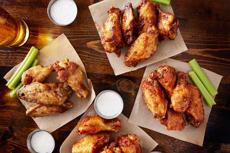 alitas de pollo: fuente Sampler partido hizo compartir con cuatro sabores diferentes de alitas de pollo servido con cerveza y de inmersión rancho salsa Foto de archivo