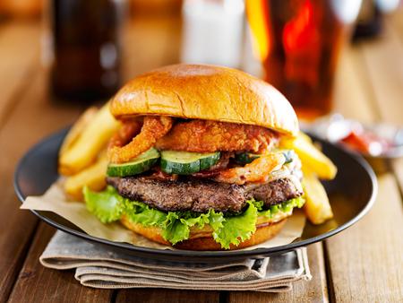 onion: hamburguesa de barbacoa occidental con aros de cebolla y salsa servido con patatas fritas
