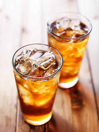 남부 스타일은 두 잔 소박한 나무 테이블에 달콤한 아이스 티