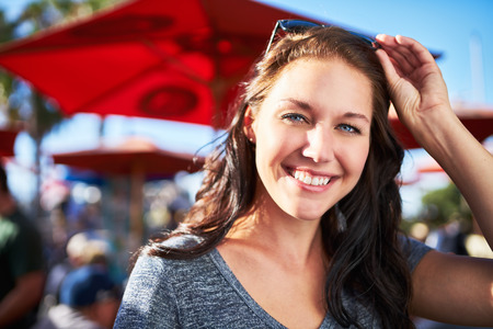 caras felices: mujer sonriente feliz al aire libre durante el día soleado retrato